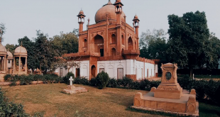 Red Taj(Hessing's Tomb)